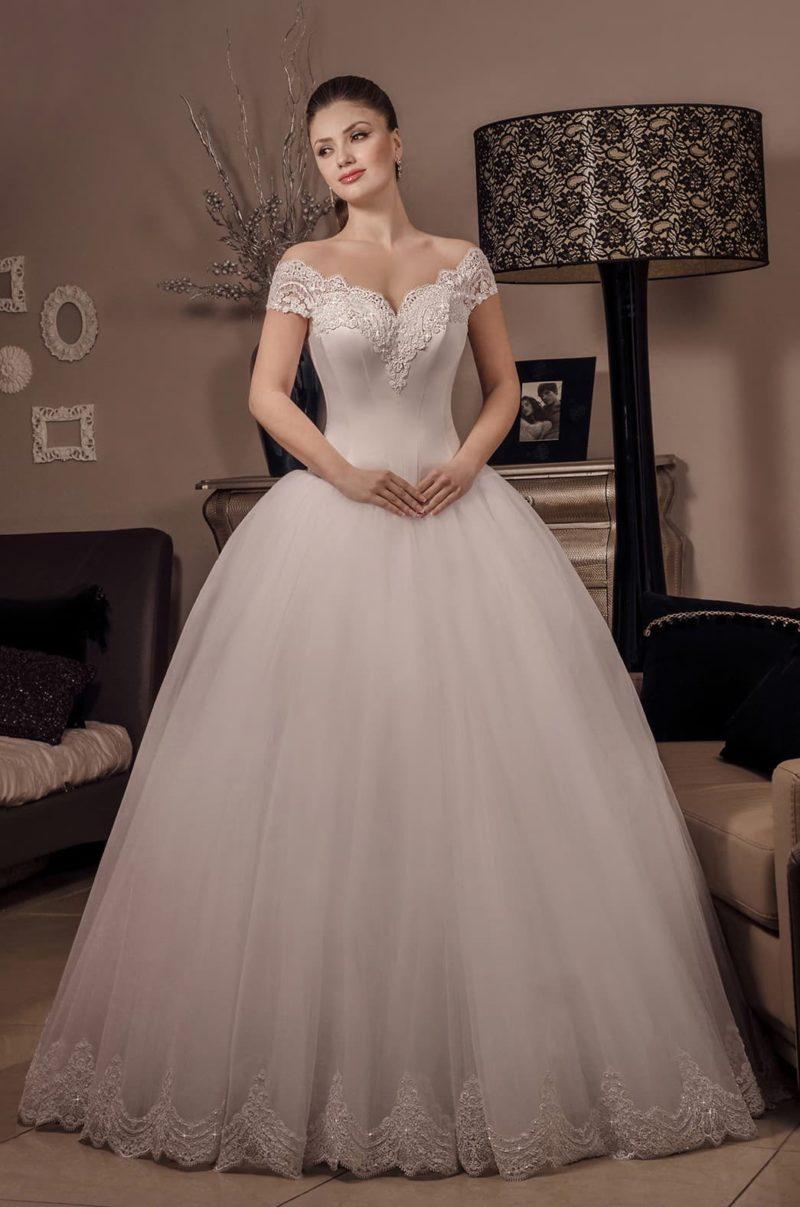 Женственное свадебное платье с роскошным пышным низом и кружевным фигурным вырезом.