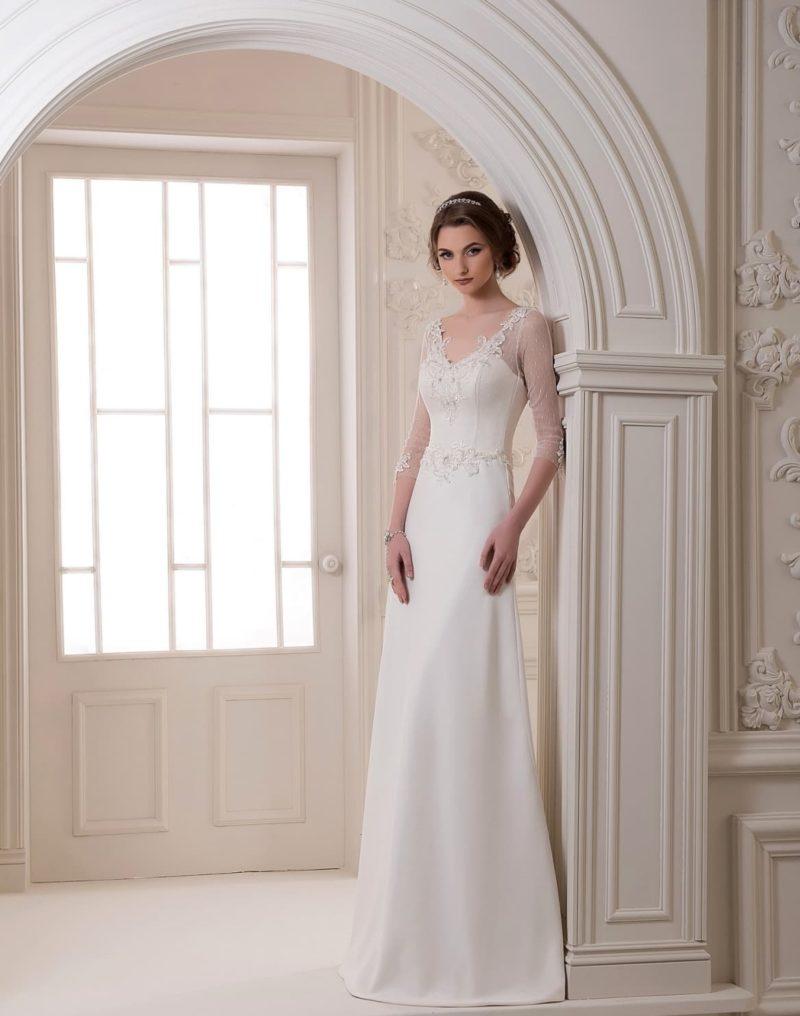 Прямое недорогое свадебное платье с атласным шлейфом и полупрозрачным рукавом.