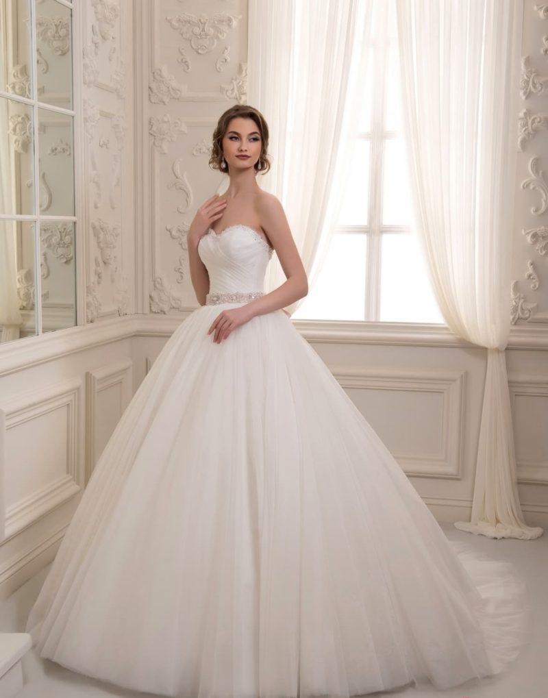 Пышное свадебное платье с сияющим декором края лифа и линии талии.