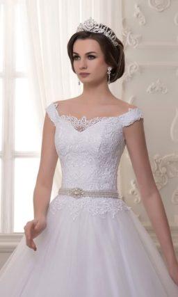 Свадебное платье с оформленным кружевом V-образным вырезом и пышным низом.