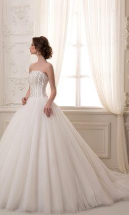 Торжественное свадебное платье с сияющим корсетом и воздушным шлейфом.