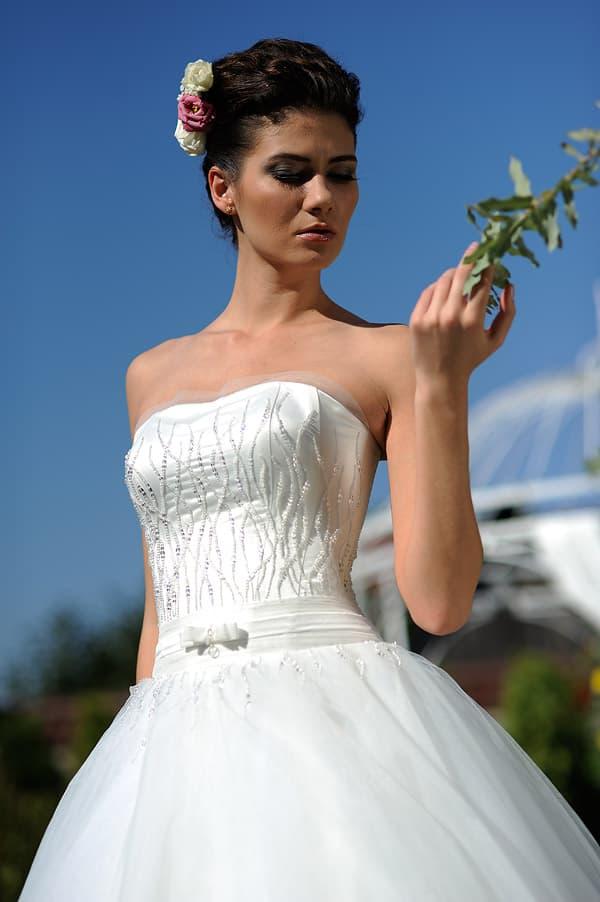Пышное свадебное платье с корсетом из атласа, украшенным бисером.