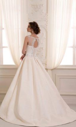 Свадебное платье с пышной юбкой из плотной ткани и вышивкой на лифе.