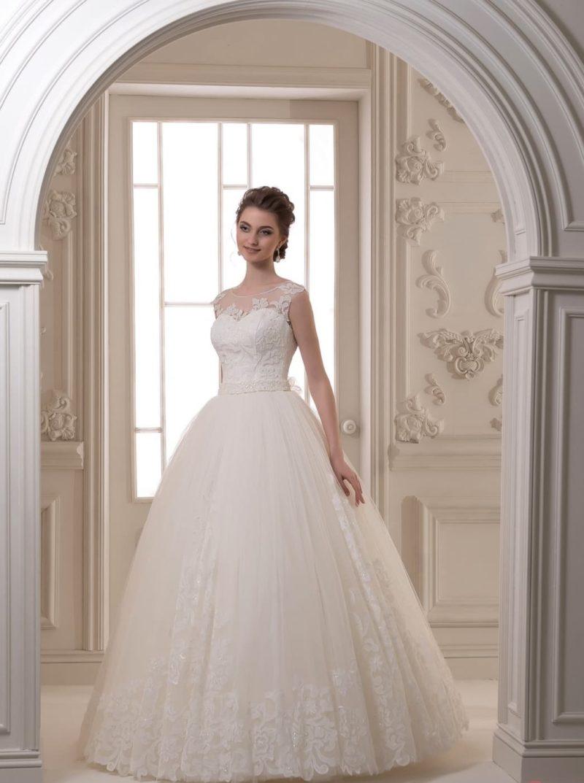 Свадебное платье с многослойным подолом и деликатным кружевом по корсету.