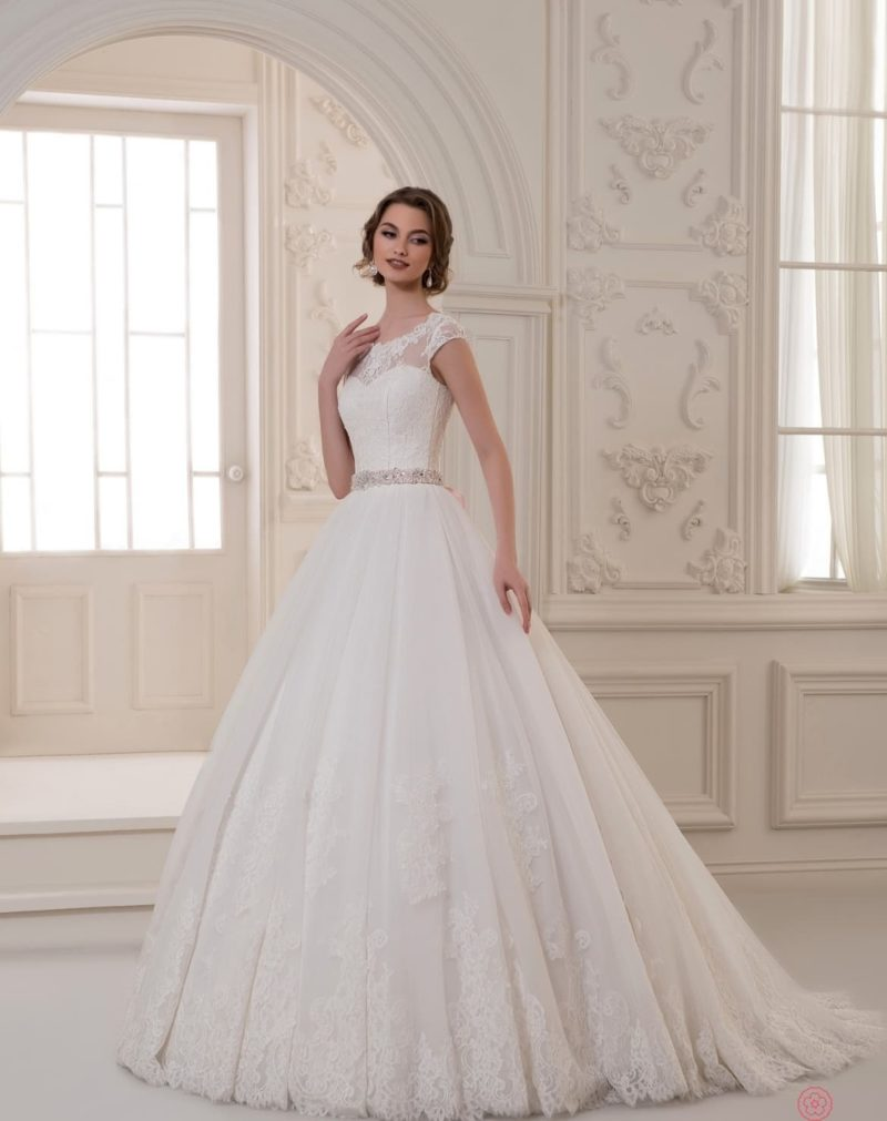 Романтичное свадебное платье с узким сияющим поясом на талии.