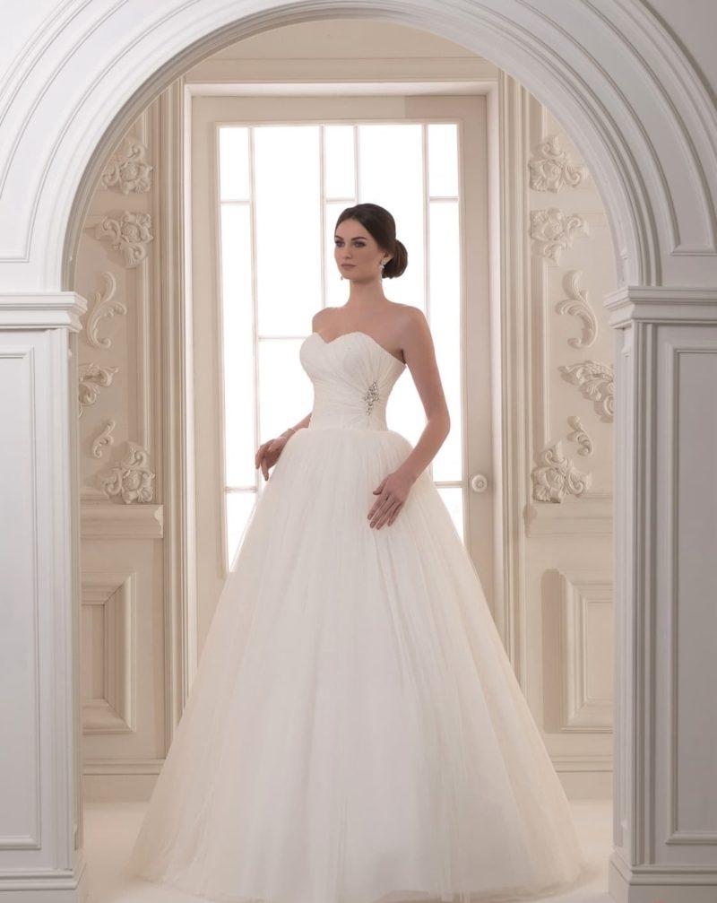 Потрясающее свадебное платье с декольте в форме сердца и минимумом декора.