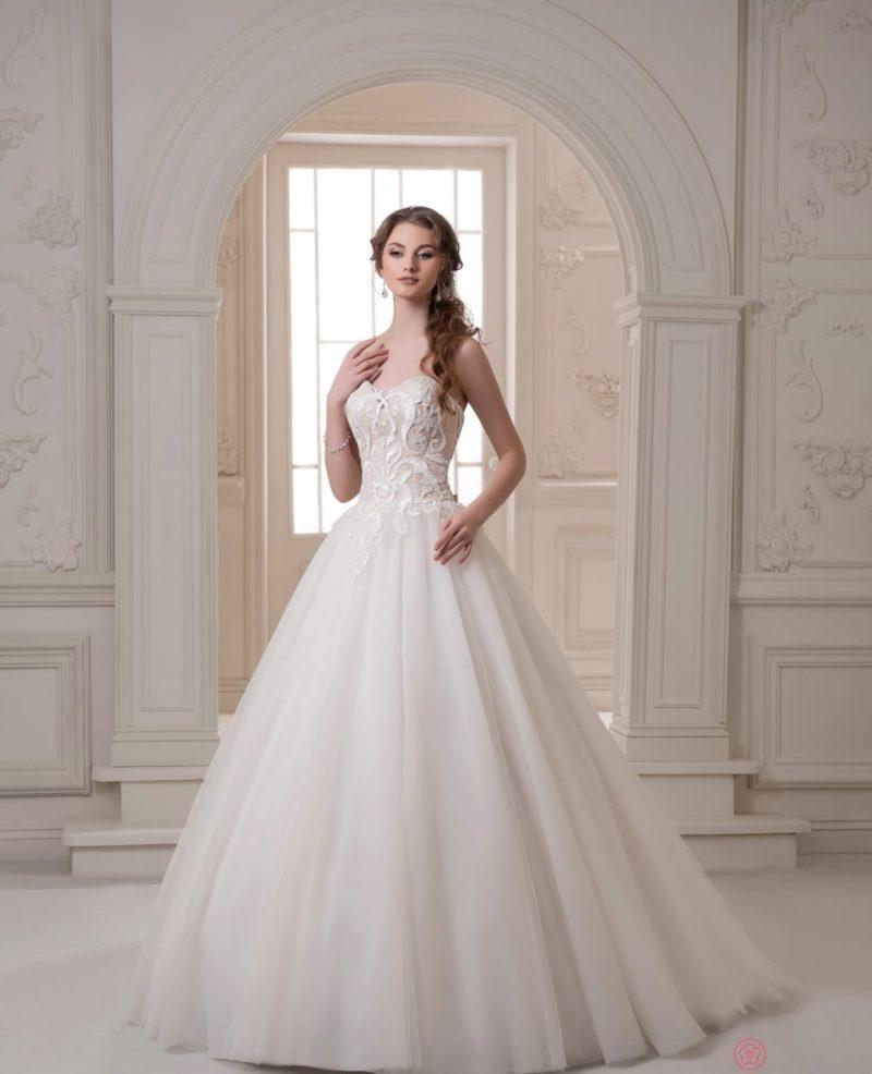 Белое свадебное платье с пудровым корсетом, покрытым кружевом.