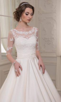 Закрытое свадебное платье с атласной юбкой «принцесса» и округлым вырезом.