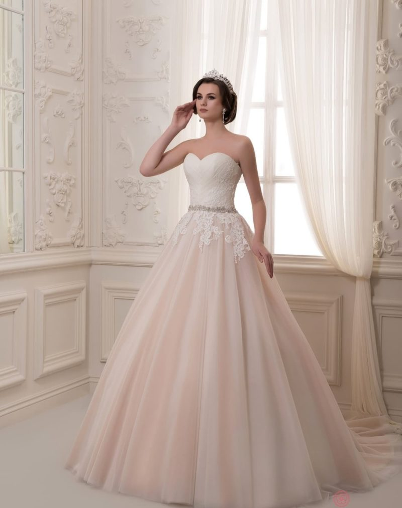 Свадебное платье с белым корсетом и розовой пышной юбкой со шлейфом.