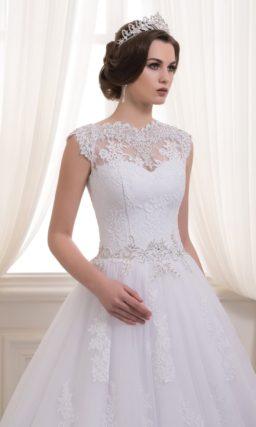 Изысканное свадебное платье с многослойной юбкой «принцесса» и закрытым лифом.