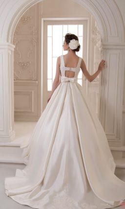 Атласное свадебное платье с необычной спинкой и вырезом лодочкой.