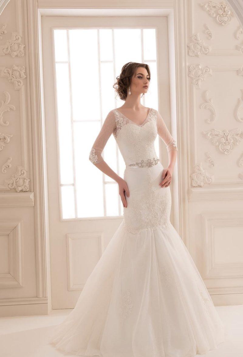 Элегантное свадебное платье «рыбка» с тонким рукавом и многослойным низом.