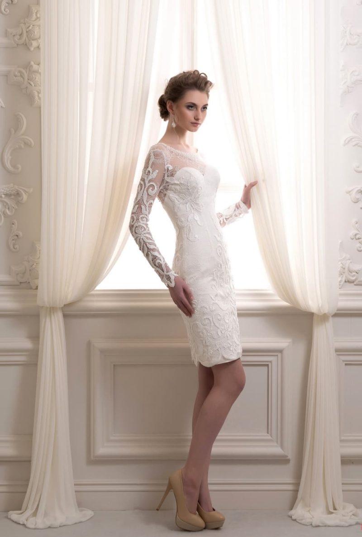 Облегающее свадебное платье с длинным рукавом и пышной верхней юбкой.