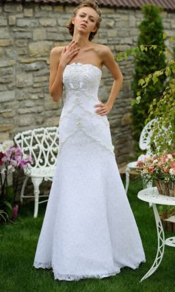 Фактурное свадебное платье с объемной вышивкой и юбкой «принцесса».