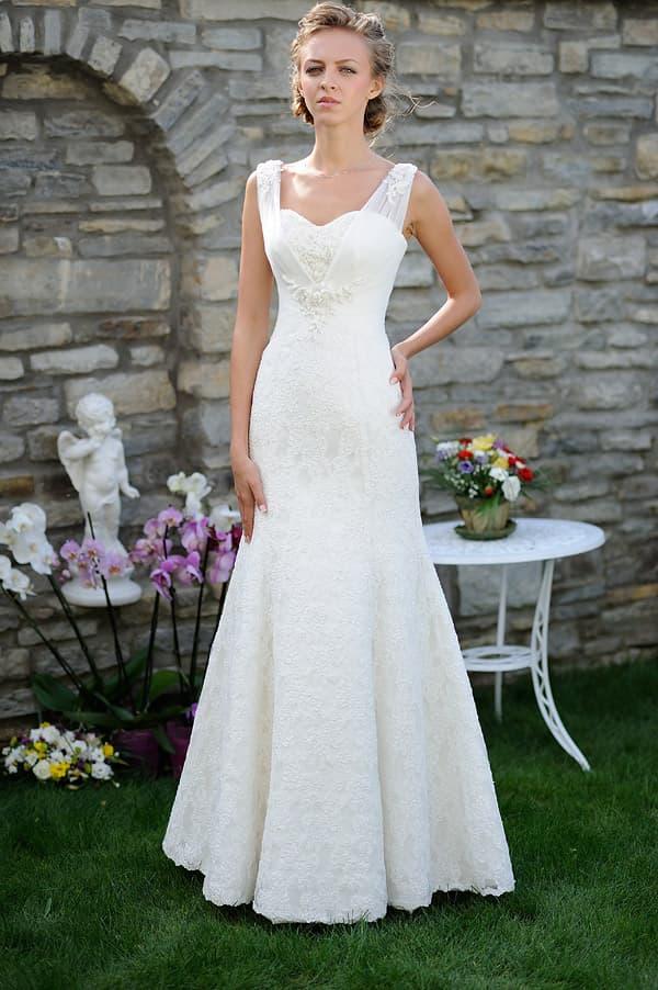 Свадебное платье «русалка» с широкими бретелями из тонкой ткани и вышивкой.