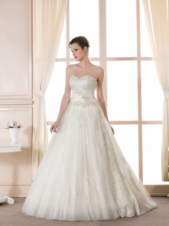 Традиционное свадебное платье с декольте сердечком и воздушным низом.