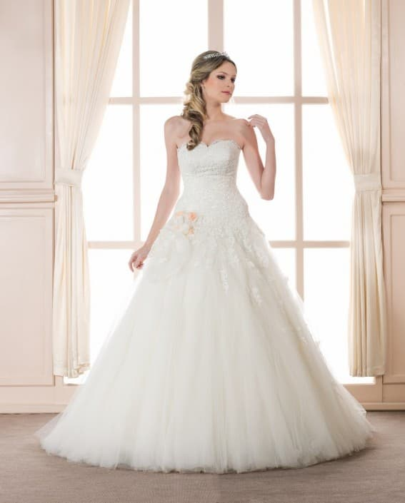 Открытое свадебное платье А-силуэта с романтичной отделкой по корсету.