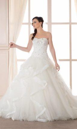 Шикарное свадебное платье с пышным подолом с объемной отделкой.