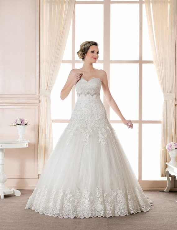 Свадебное платье «принцесса» с заниженной линией талии и классическим лифом.