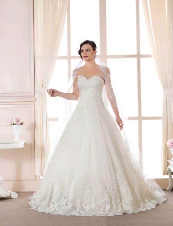 Свадебное платье с открытым декольте и романтичной юбкой из тюльмарина.