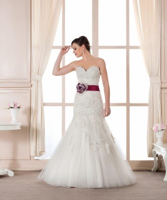 Свадебное платье «рыбка» с широким поясом из бордового атласа.