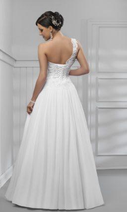 Свадебное платье с кружевным верхом асимметричного кроя и объемной юбкой.