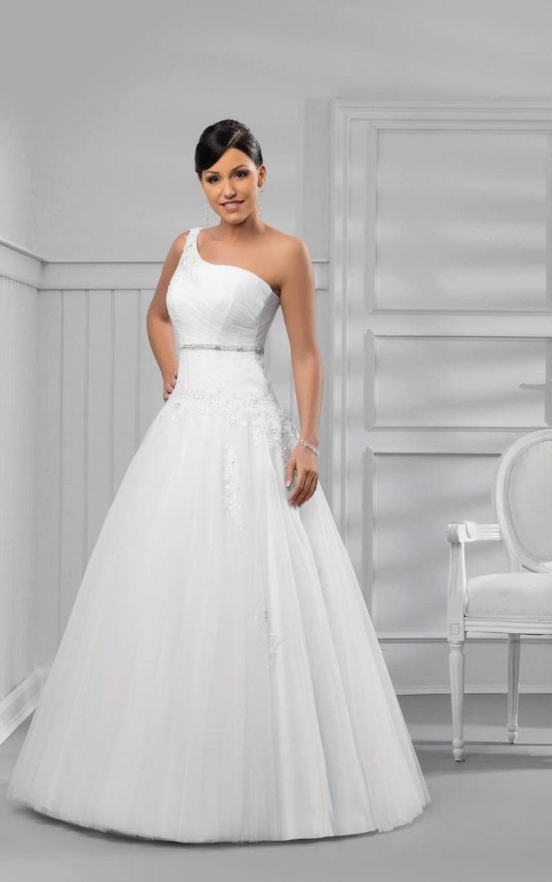 Изящное свадебное платье с широкой асимметричной бретелью на открытом лифе.