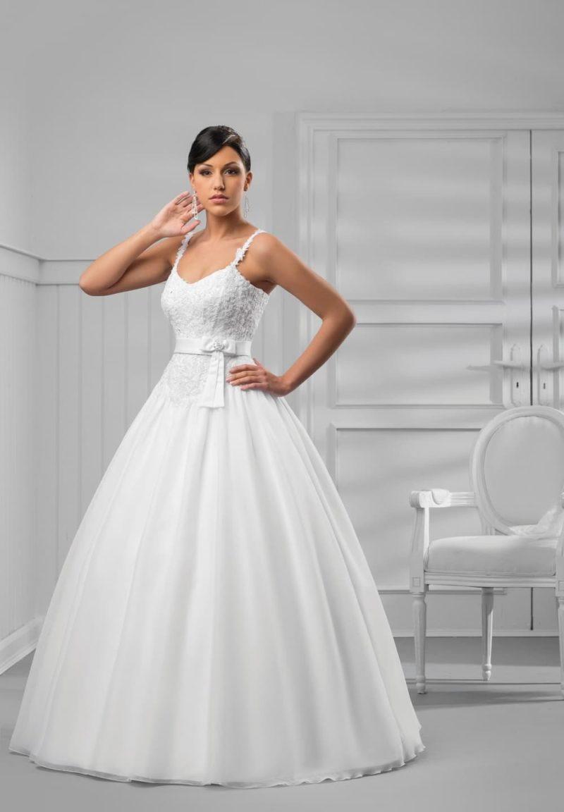 Элегантное свадебное платье пышного кроя с фактурным верхом с узкими бретелями.