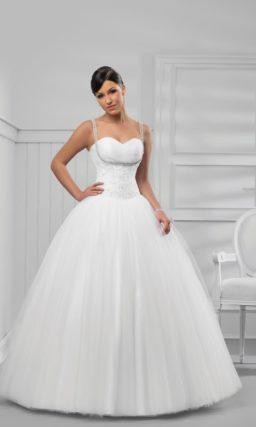 Оригинальное свадебное платье пышного кроя с бисерными бретелями.