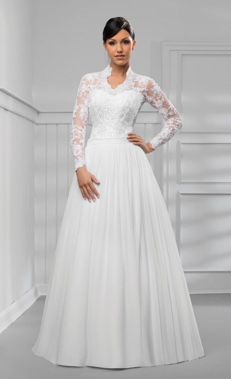 Пышное свадебное платье с закрытым лифом и воротником-стойкой.