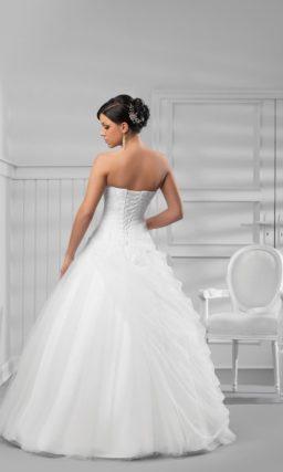 Романтичное свадебное платье пышного кроя с лаконичной отделкой верха.