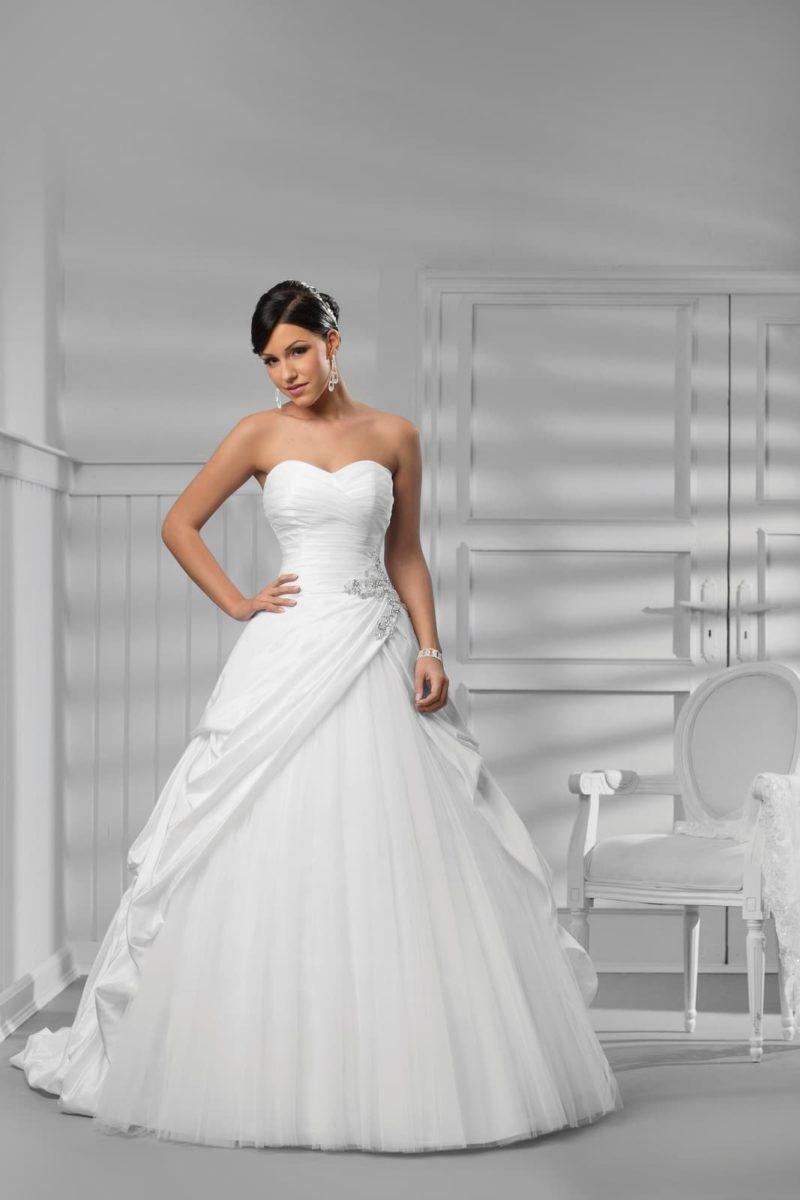 Свадебное платье «принцесса» с многоярусным шлейфом и вышивкой на талии.