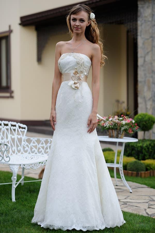 Свадебное платье А-силуэта с широким поясом кремового цвета на талии.