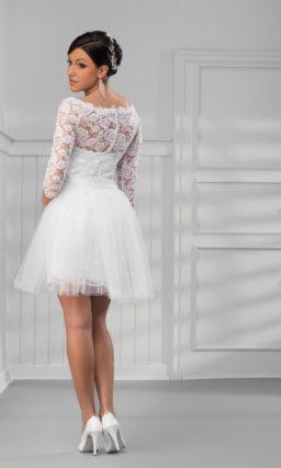 Пышное свадебное платье до колена с облегающим кружевным рукавом.
