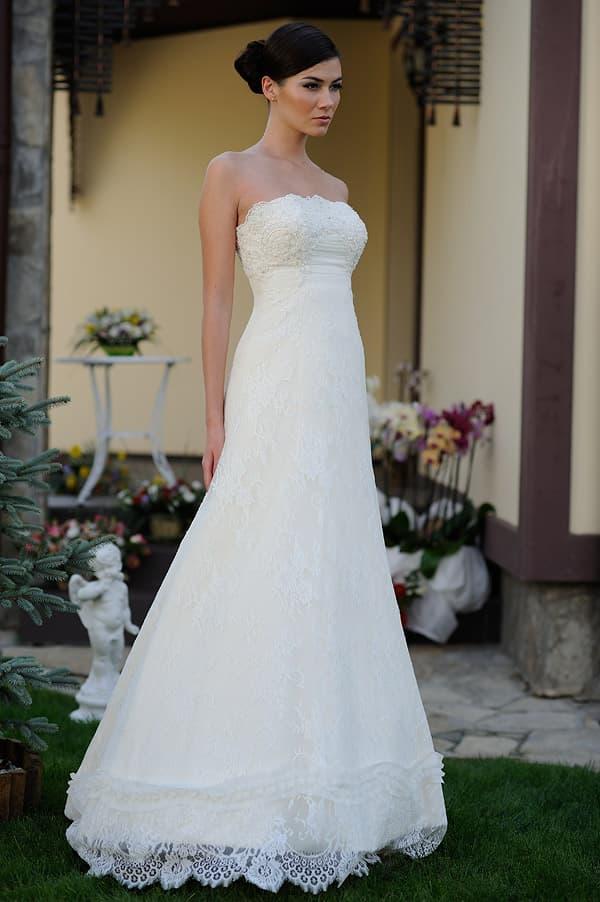 Кружевное свадебное платье с открытым лифом из фактурной ткани.