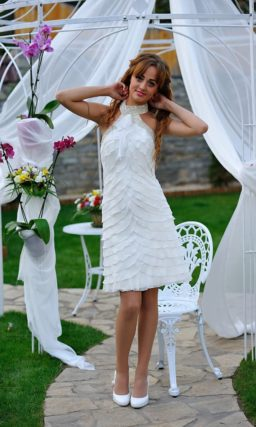 Свадебное платье длиной до колена с оригинальным сверкающим воротником.