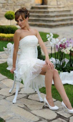 Открытое свадебное платье с широким воротником и юбкой до середины бедра.