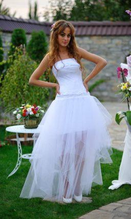 Пышное короткое свадебное платье с полупрозрачной юбкой и верхом из атласа.