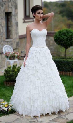 Короткое свадебное платье с кружевным лифом и прямым рукавом.