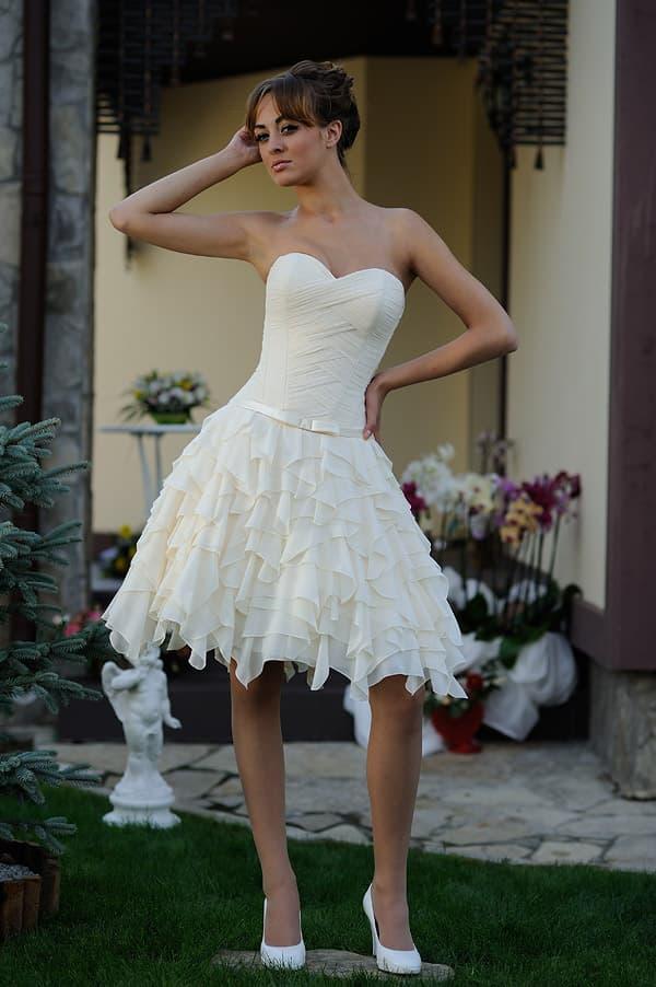 Короткое свадебное платье с изящным верхом и кружевной юбкой «принцесса».