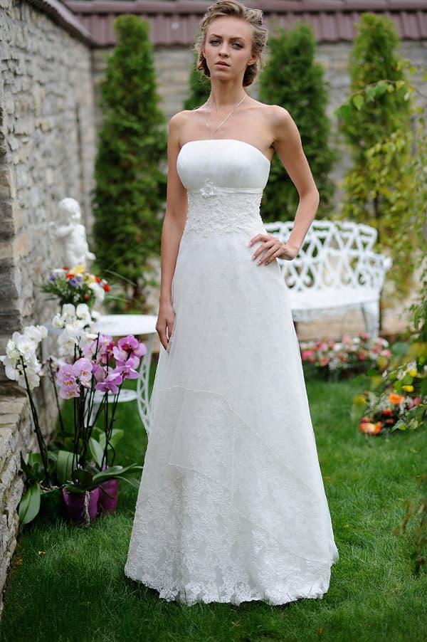 Прямое свадебное платье с узким поясом прямо под открытым лифом.