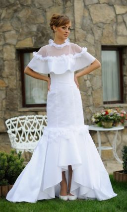 Очаровательное свадебное платье с полупрозрачной пелериной и пышным низом юбки.