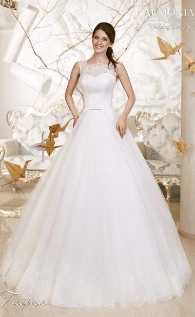 Свадебное платье «принцесса» с широкими бретелями и фигурным кружевным вырезом.