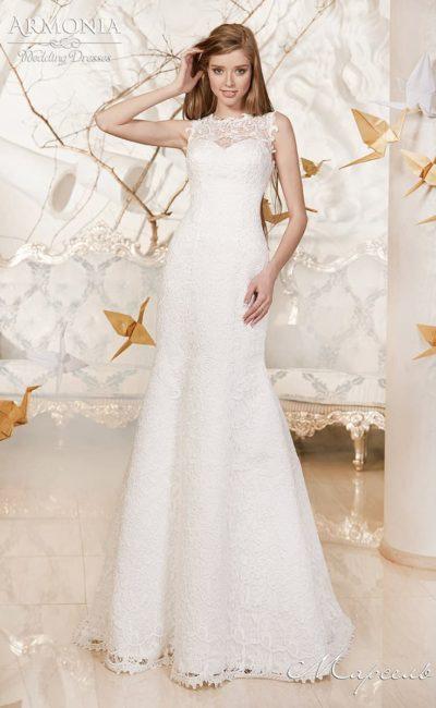 Сдержанное свадебное платье с закрытым кружевной вставкой лифом в форме сердца.