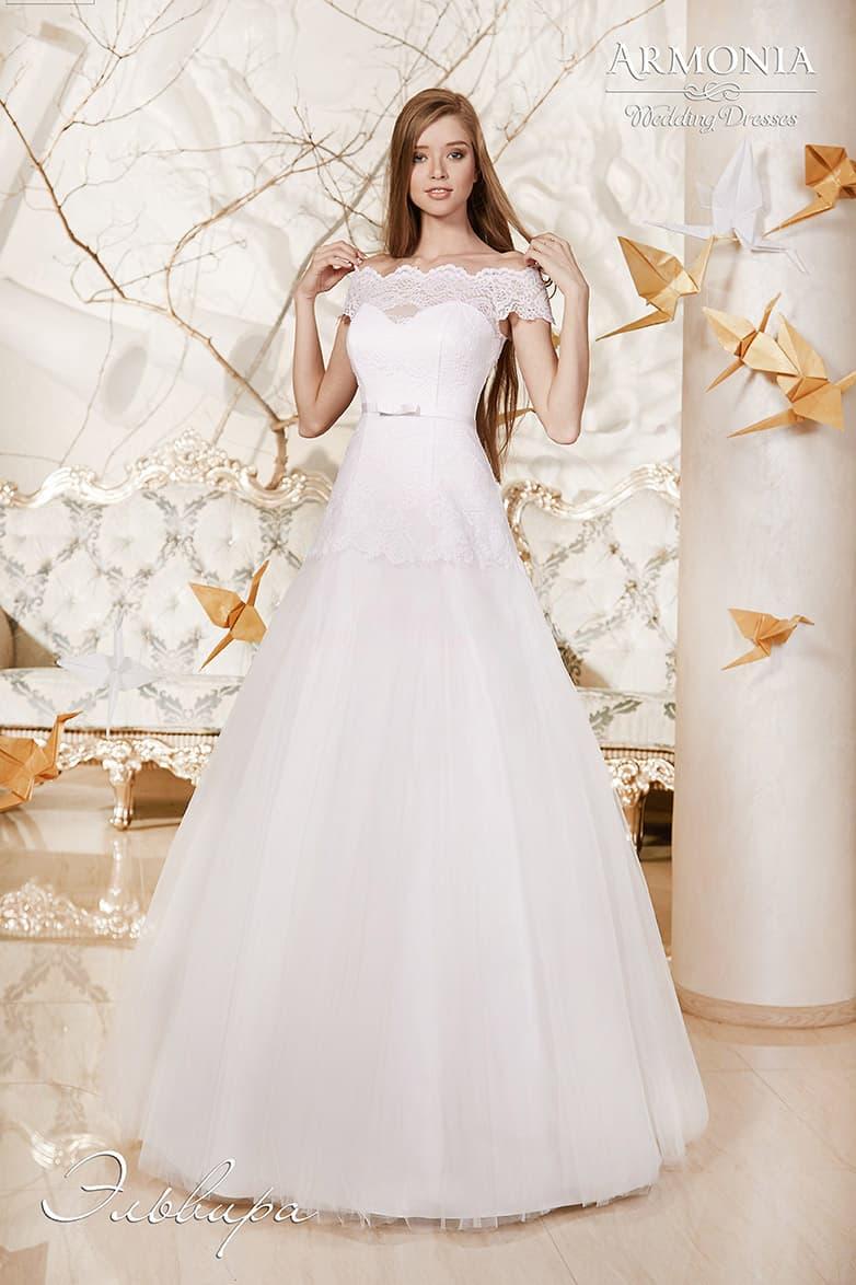 Свадебное платье с портретным декольте с кружевными бретелями и юбкой «трапеция».