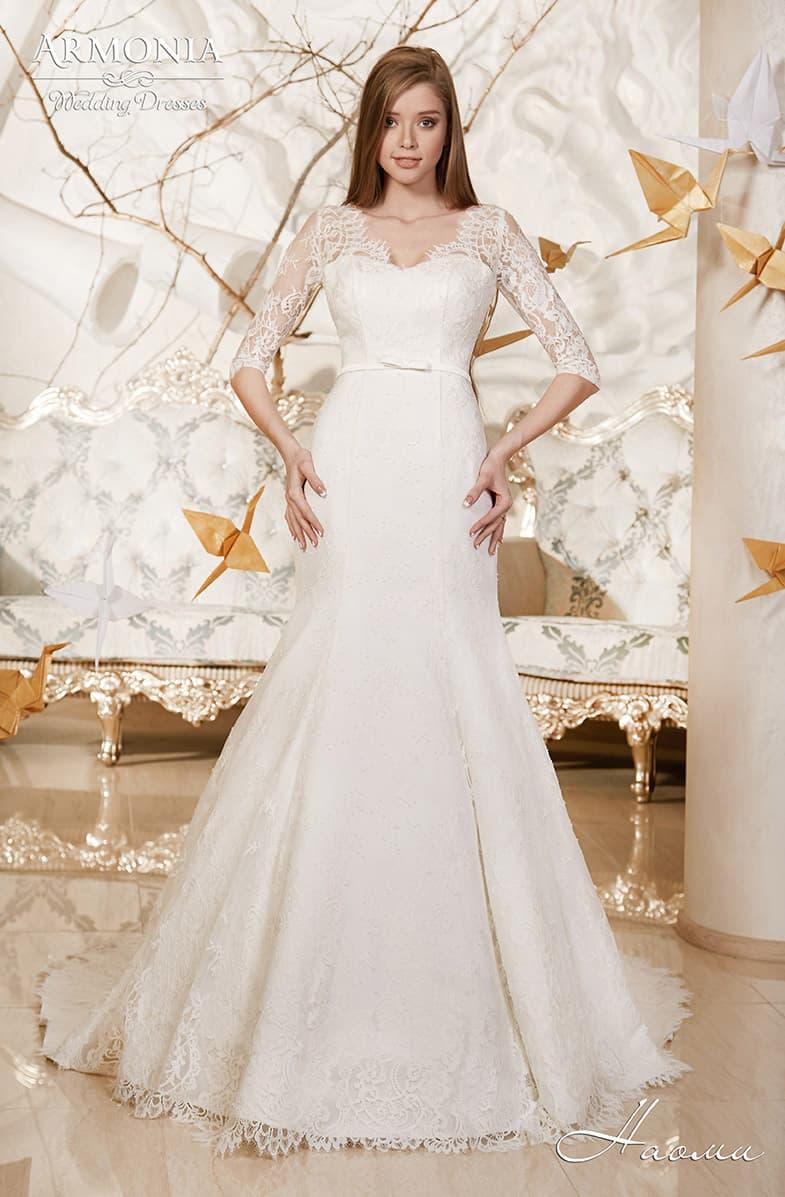 Чувственное свадебное платье с кружевным V-образным вырезом и облегающими рукавами.
