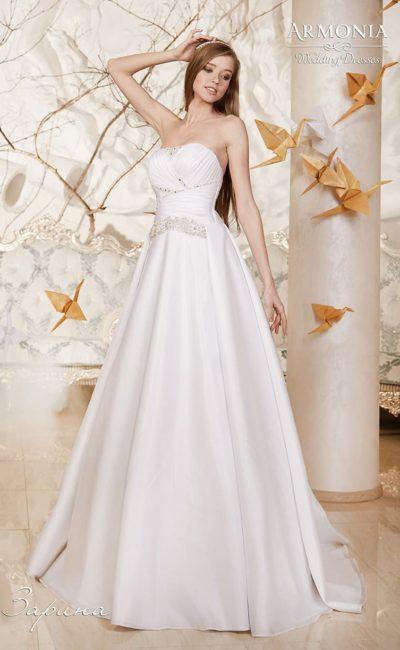 Свадебное платье с глянцевой атласной юбкой и драпировками на открытом корсете с прямым вырезом.