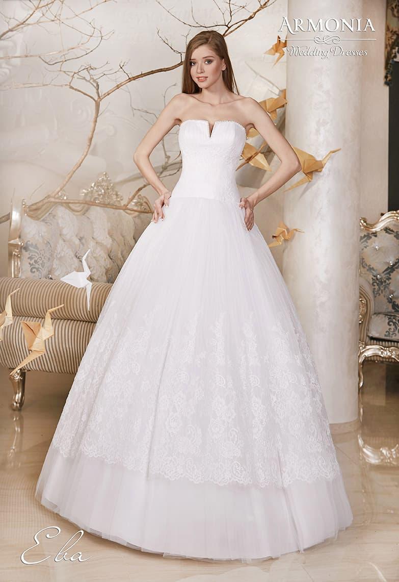 Пышное свадебное платье с открытым корсетом с оригинальным вырезом и стильной юбкой.