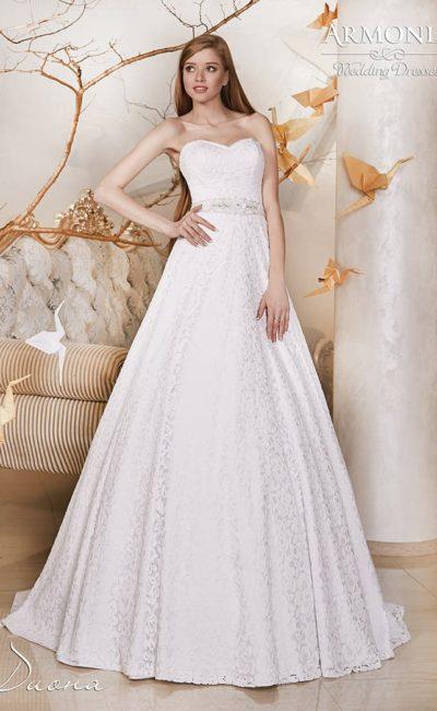 Свадебное платье из фактурной ткани, с открытым корсетом и широким поясом на талии.