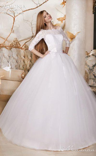 Великолепное свадебное платье с многослойной юбкой и закрытым верхом с портретным вырезом.